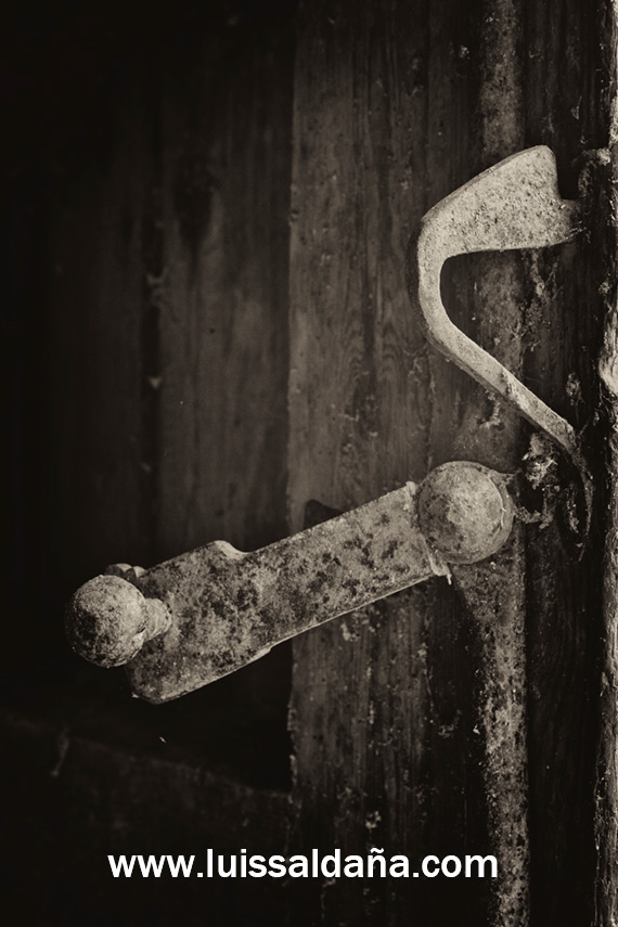 Luis salda a pestillo en vieja puerta de madera for Puerta vieja madera
