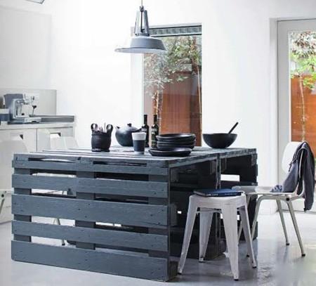 para darle un correcto acabado a la tabla y que pueda usarse con comodidad recominedo pulir bien la superficie una vez realizada la mesa o bien cubrirla
