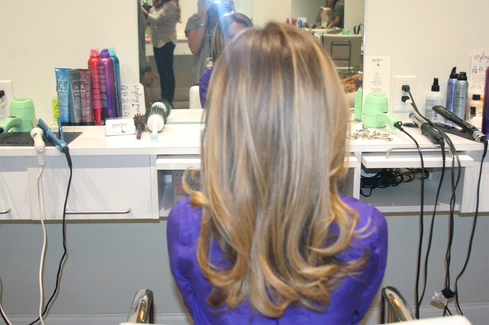 Chic-blown-out-hair-with-volume-and-curls