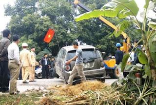 Lực lượng chức năng vớt chiếc xe của ông Võ lên bờ. Ảnh: Lê Hoàng
