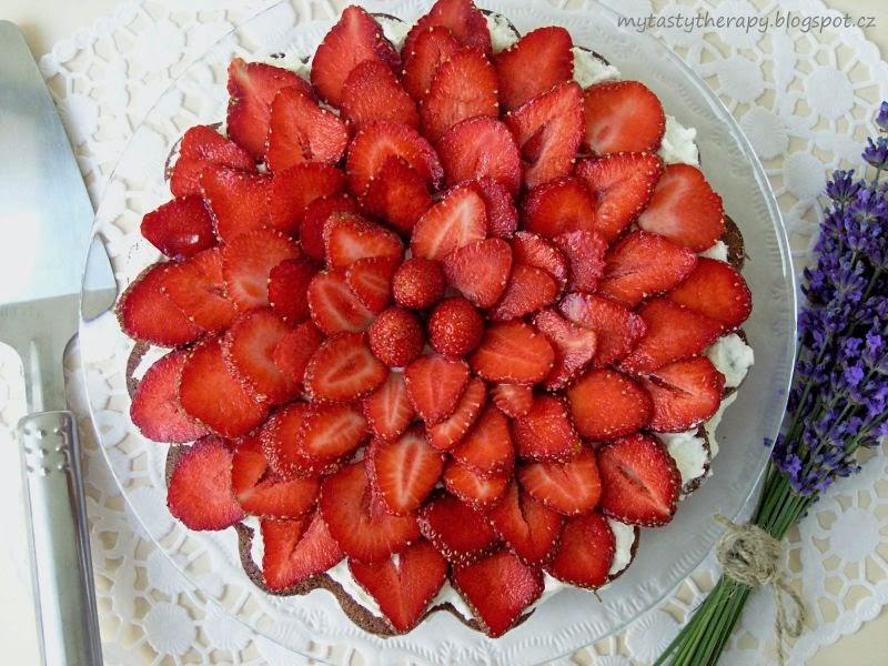 jahodová květina /dort - pohled shora