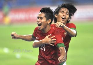 Selebrasi pesepakbola Indonesia Andik Vermansah (kiri)  dan Rasyid Assagid Bakri (kanan)