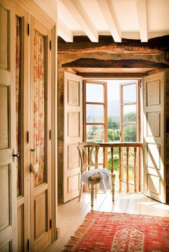 wnętrza, styl rustykalny, styl wiejski, kamienna ściana, stare meble, antyki, drewniane belki, białe wnętrza, sypialnia, szafa