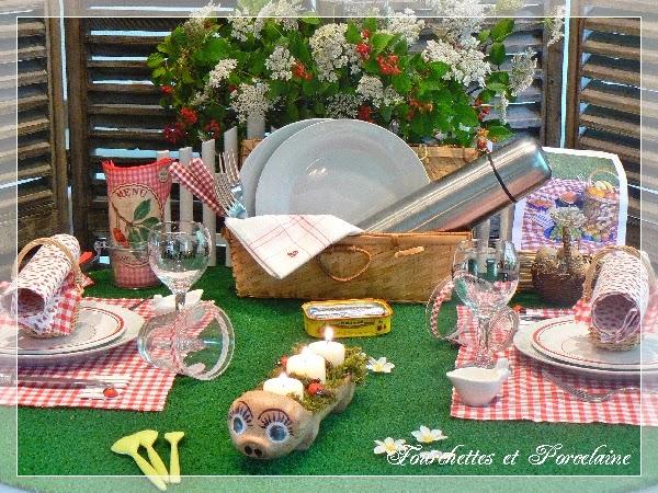 Fourchettes et porcelaine table pique nique - Fausse pelouse interieur ...