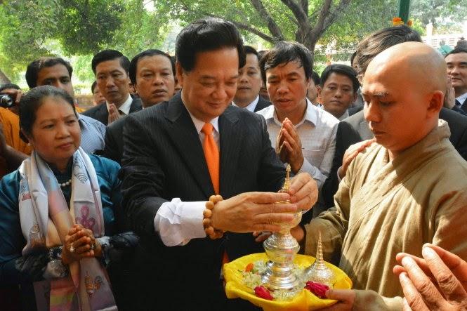 Thủ tướng Nguyễn Tấn Dũng và phu nhân đến thăm chùa Mahabodhi ở Bodh Gaya - Ảnh: AFP