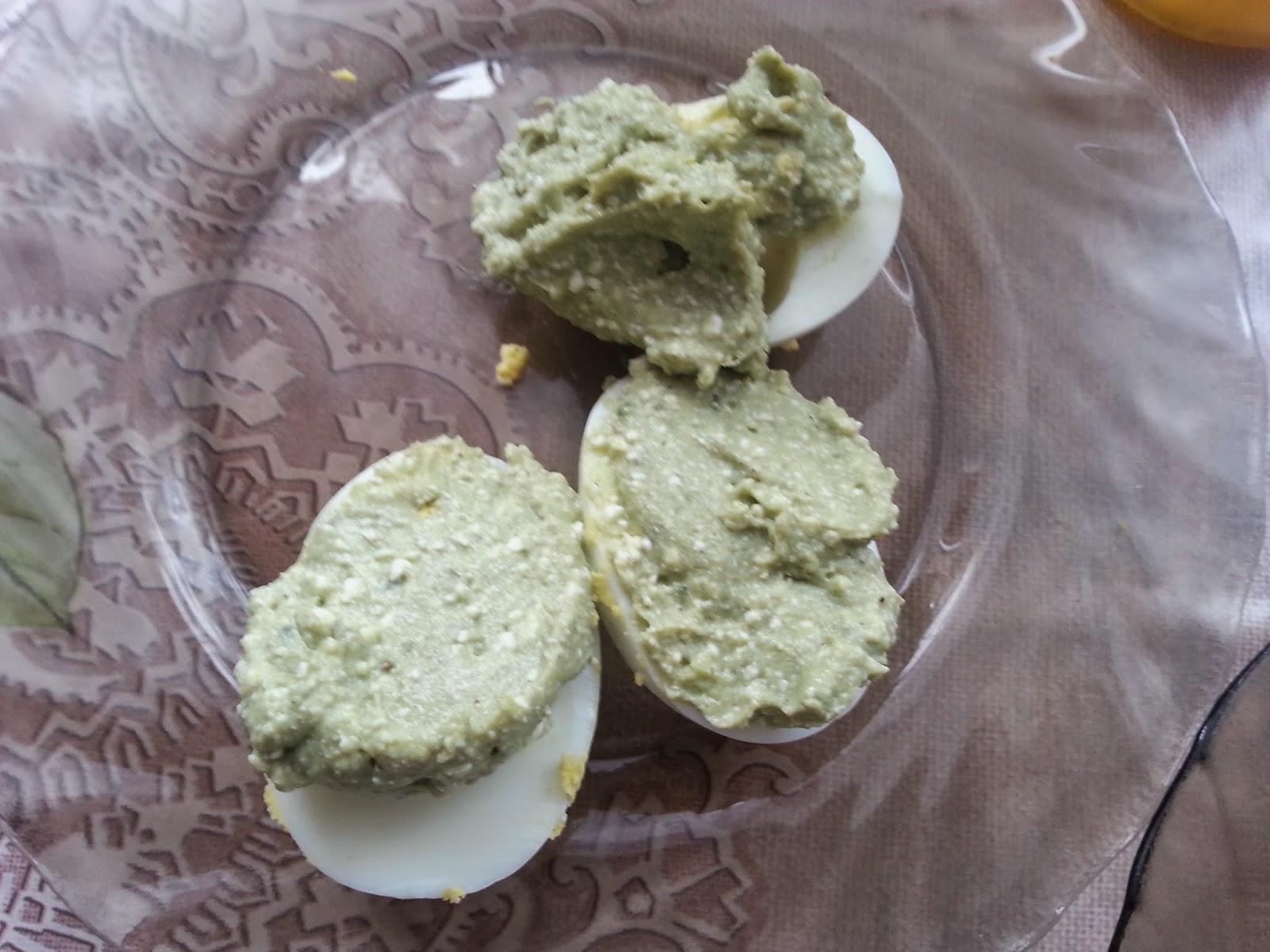 Jajka gotowane z pastą z białego sera,awokado i chilli