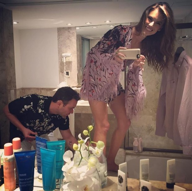 Alessandra Abrosio poses sexy in short dress in party of friend