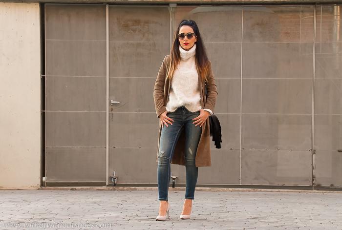 blogger de moda valenciana con look con vaqueros estiloso