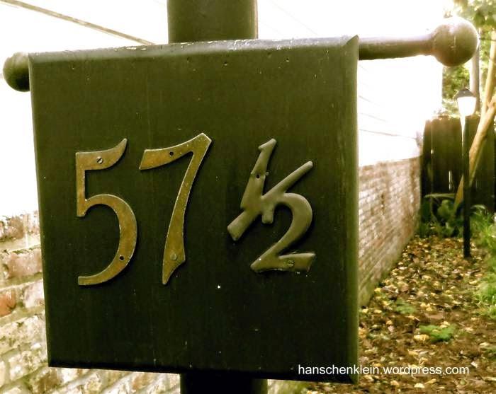 Número de domicilio en un cartel de metal