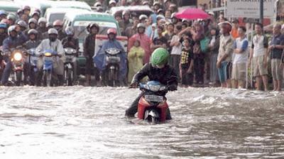 5 Cara Jitu Motor Tidak Mogok Saat Banjir