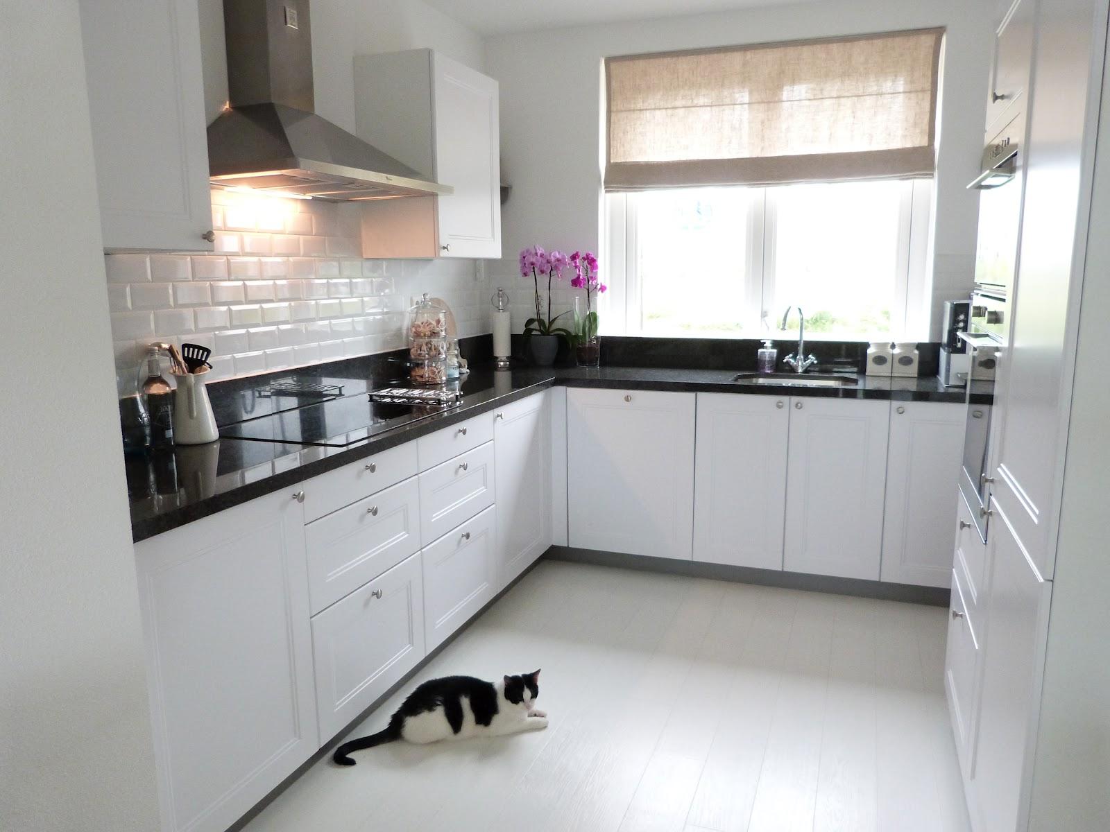 Deco grijswit paars appartement - Deco witte keuken ...