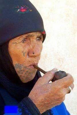 صورة بدوية تدخن الغليون