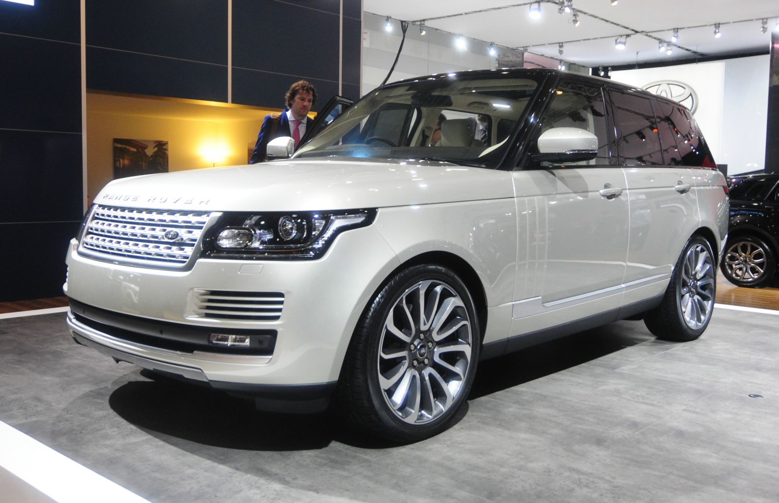 new range rover best luxury car 2012 automotive car manufacture. Black Bedroom Furniture Sets. Home Design Ideas