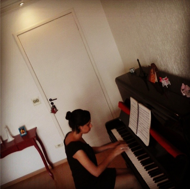 Juliana tocando piano.