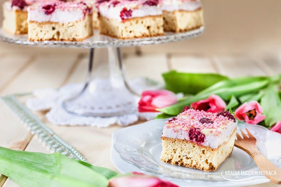 ciasto malinowy pocałunek, ciasto z malinami, sernik na zimno na jogurtach, masa na jogurtach, ciasto serowe, sernik z malinami, polewa z białej czekolady, ciasto różowe, ciasto na dzień kobiet, kraina miodem płynąca, posypka słodki świat