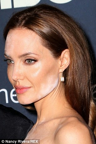 Mekap Bertompok Di Muka Angelina Jolie