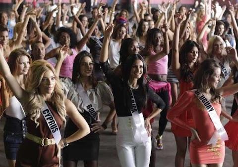 Candidatas bailan samba - Miss Universe 2011