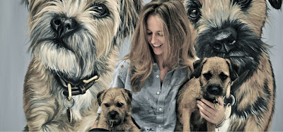 novia de murray posando con sus perros y su cuadro