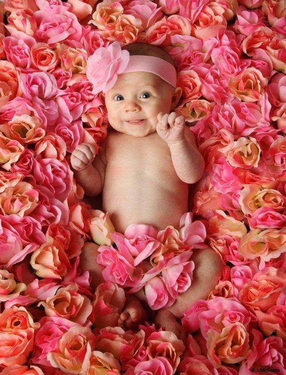 Une photo bébé dans les fleurs