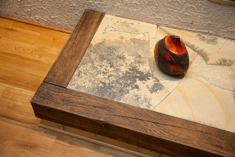 Плот на камина облицован с камък и дърво