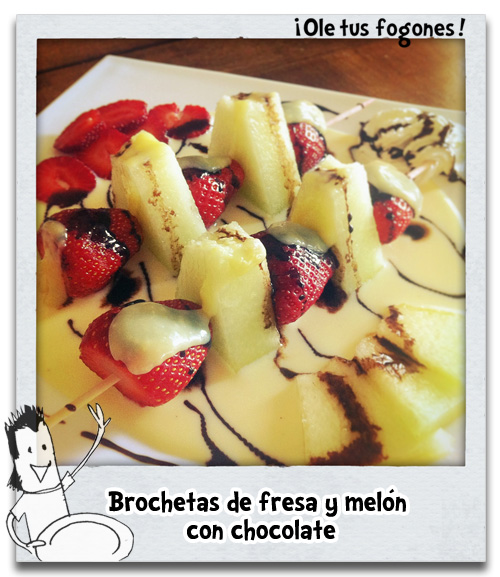 Brochetas de fresa y meln con chocolate