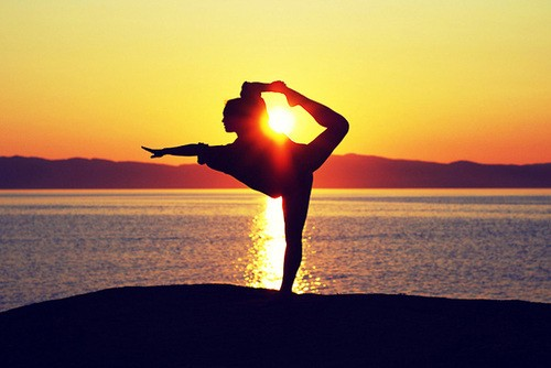 yoga ginnastica sole tramonto ragazza profilo equilibrio