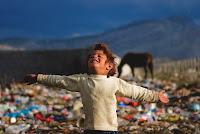 """Die Ausstellung """"Die vergessenen Flüchtlinge Südosteuropas""""  wurde erstmals 2013 im Deutschen Bundestag gezeigt. Sie zeigt die Lebensumstände im Flüchtlingscamp Konik in Montenegro."""
