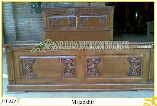 Tempat tidur ukiran kayu jati Majapahit