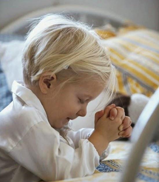 menina rezando oração