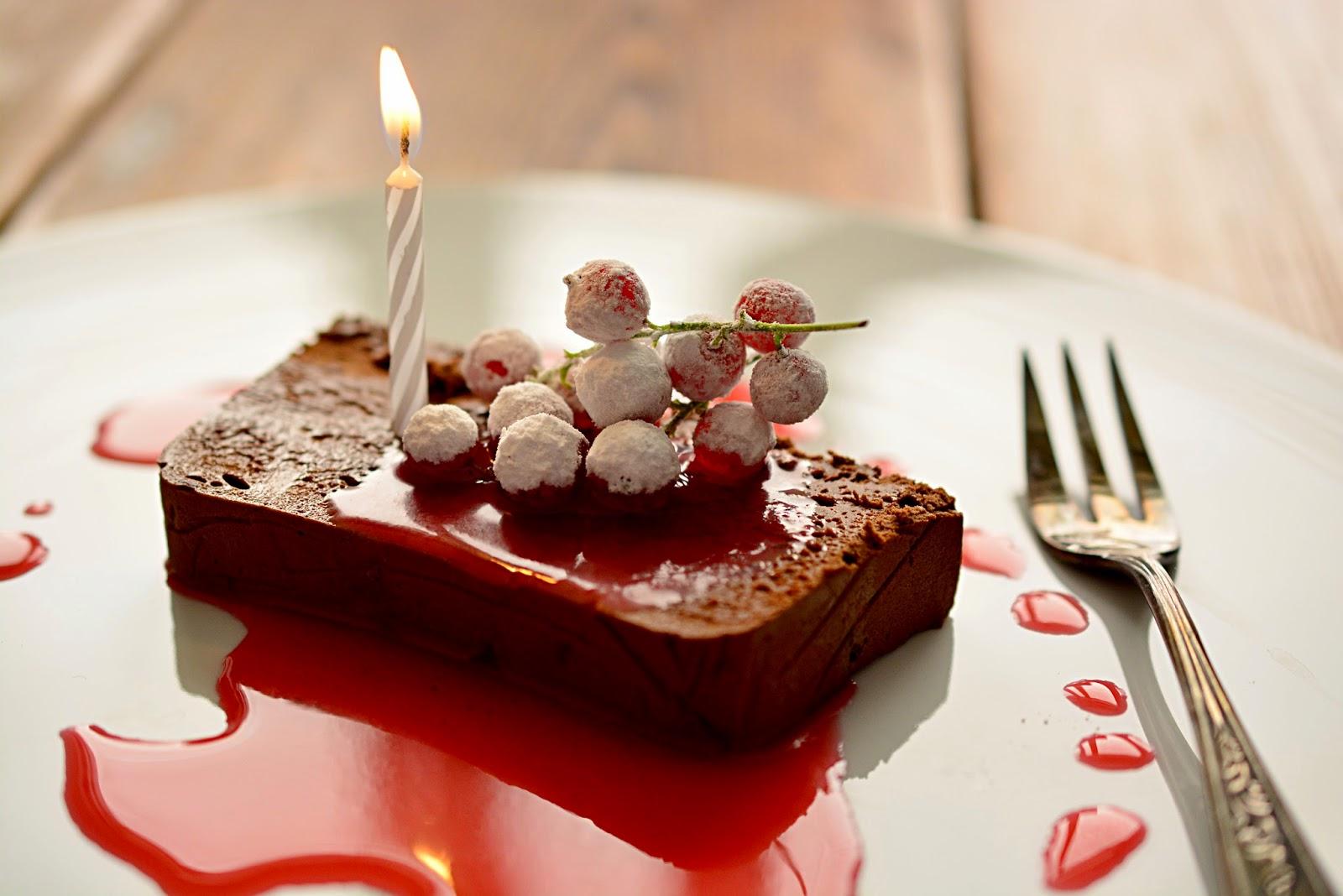 Suklaamousse,  punaviinimarjasose ja blogin syntymäpäivä