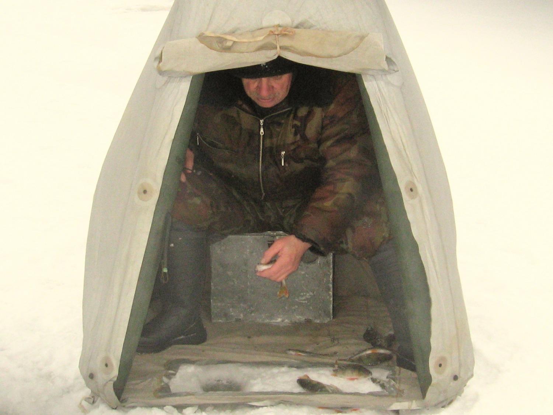 На зимней рыбалке  в надувной палатке Снежинка