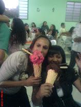 essa é minha amigona pati amo ela demais. se divertiu também com o sorvete