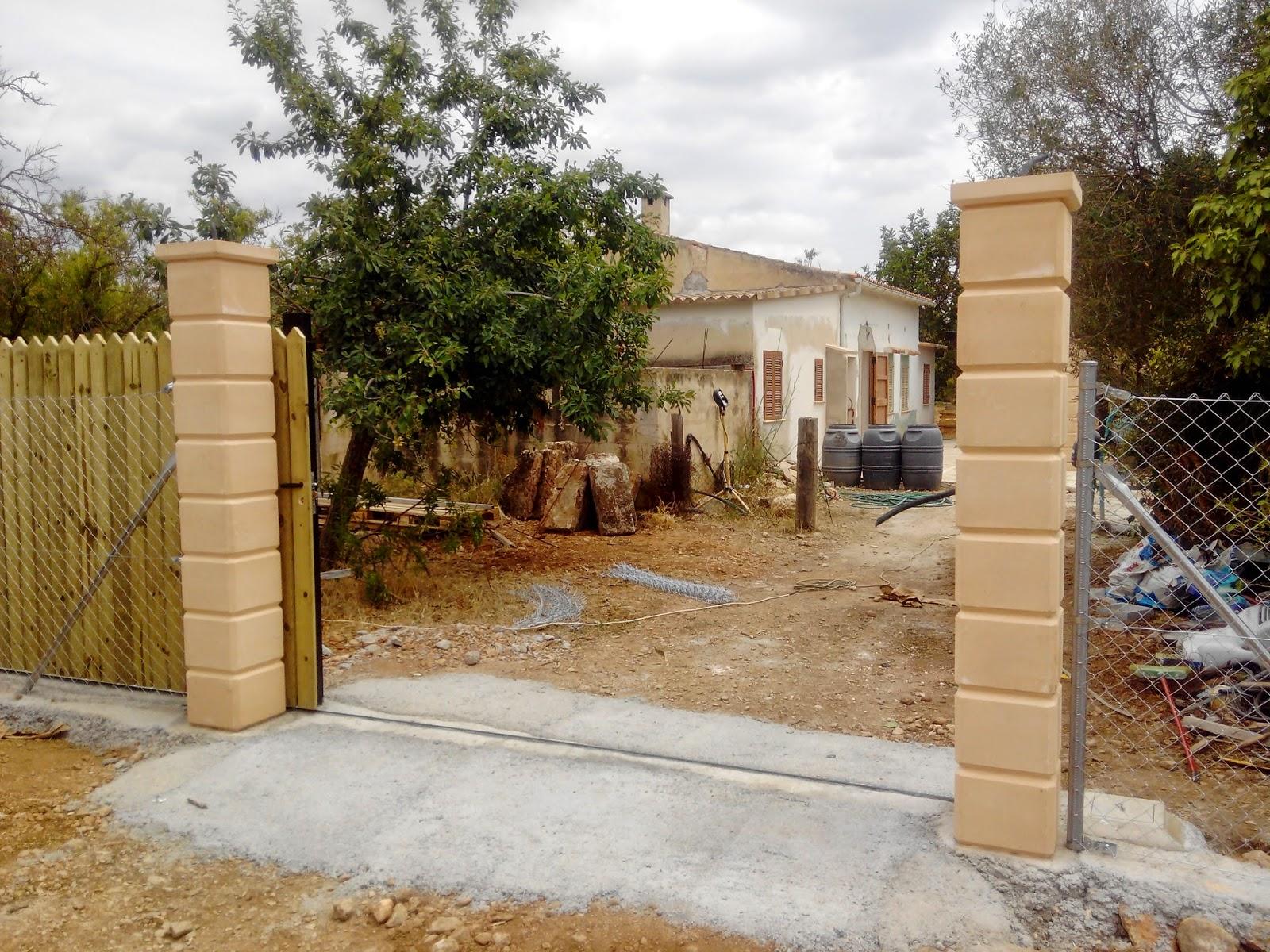 Puertas correderas de hierro revestidas de madera para for Entradas de casas rusticas
