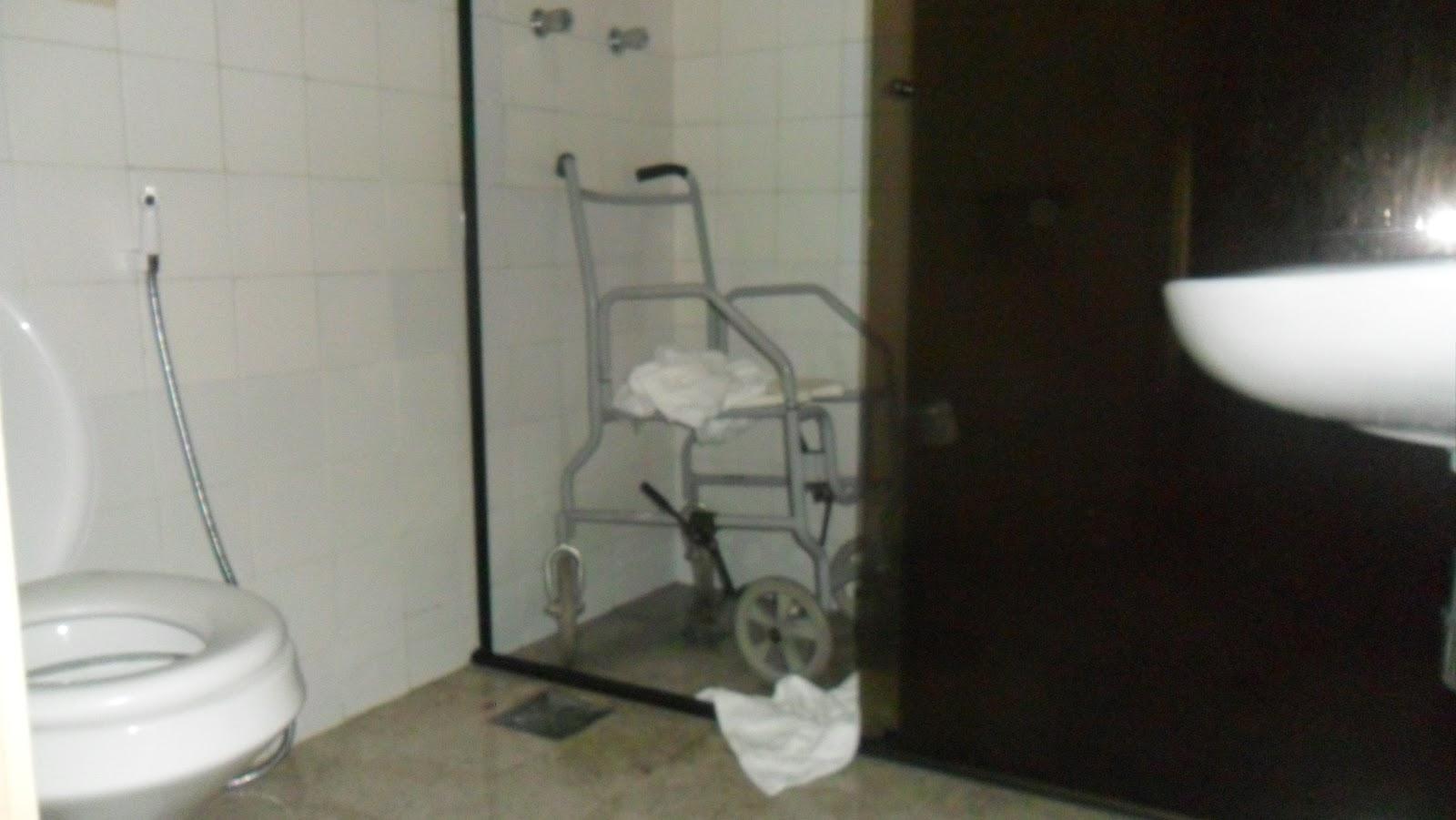 adequadas e sem espaço para a transferência da cadeira para vaso #1F1C15 1600x901 Banheiro Acessivel Para Idosos