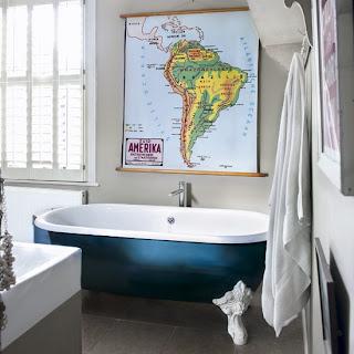 Banheira com mapa pendurado na parede