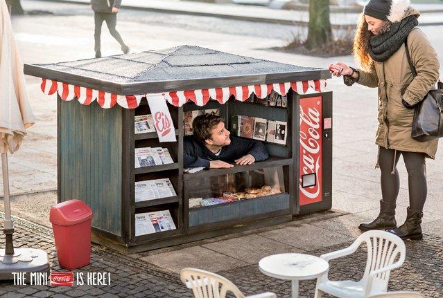 Coca-Cola Mini Dalam Kios Yang Mini