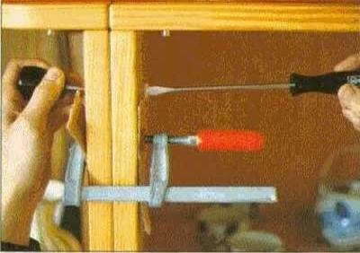Закрепить стенки шкафа с помощью болтов