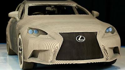 Μια Lexus κατασκευασμένη από χαρτόνι