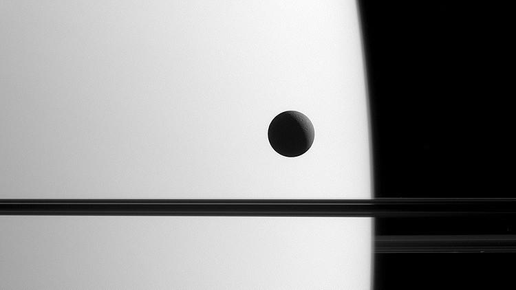 Fabulosa imagen de Dione, un satélite de Saturno.