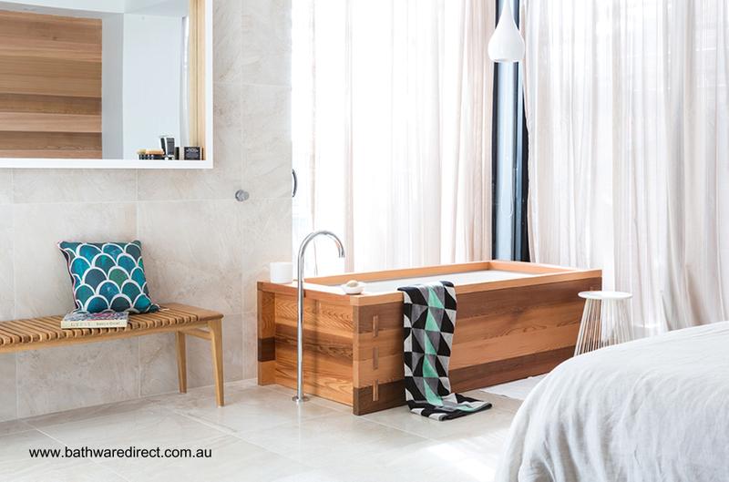 Baño De Tina Natural:Bañera revestida de madera junto a las ventanas de un amplio y