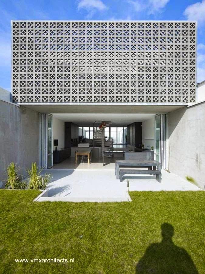 Casa contemporánea entre medianeras con fachada calada decorativa en Rieteiland, Países Bajos