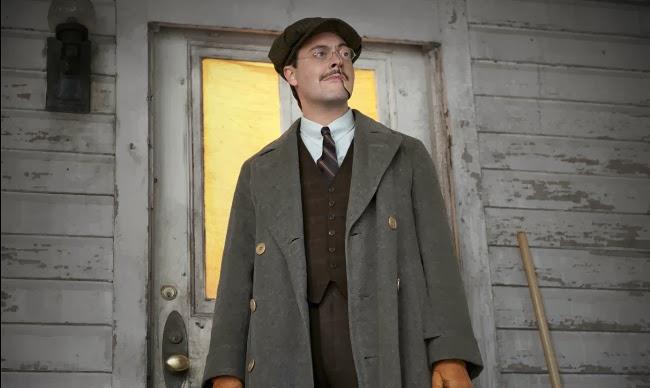 Richard viste un abrigo largo gris