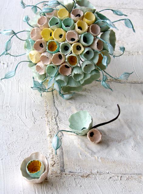 bouquet e boutonniere di fiori di carta color verde salvia, giallo, tortora