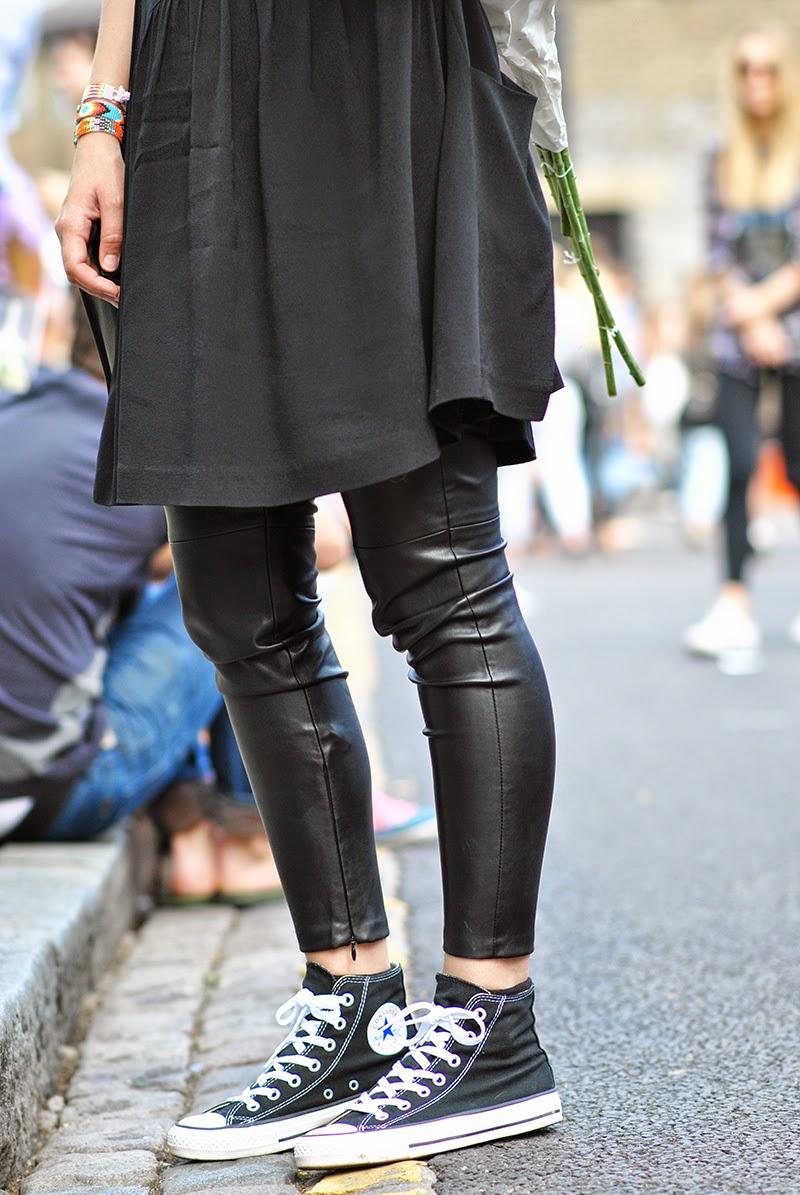habillée en cuir
