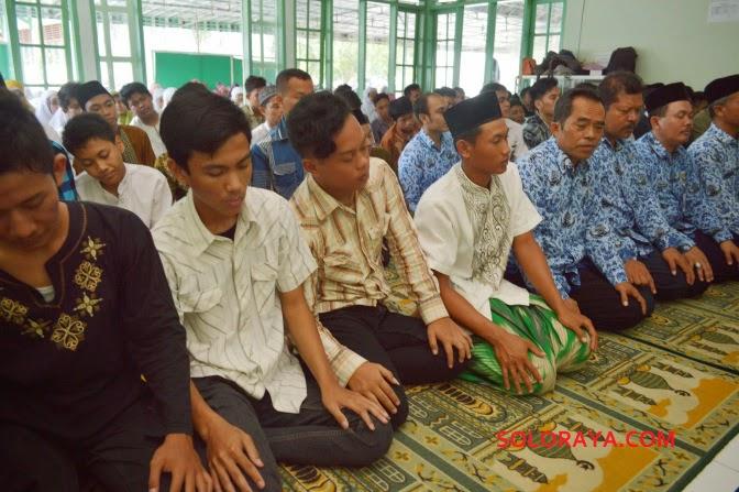 foto perayaan kelulusan anak SMA indonesia
