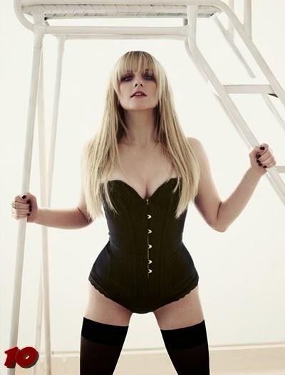 Melissa Rauch posando para Maxim, Bernadette en The Big Bang Theory