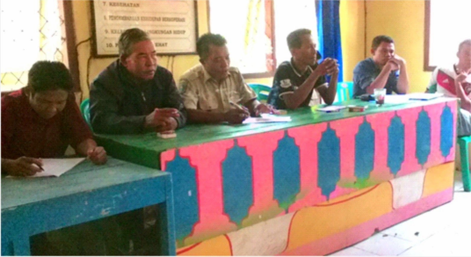 Persoalkan Tanah Inventaris Desa Warga Parado Wane Segel Kantor Desa