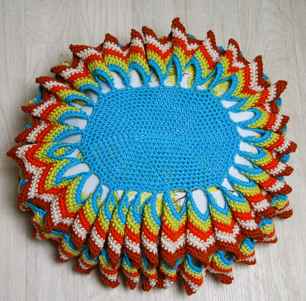 http://www.ravelry.com/patterns/library/coussin-vintage-ovale