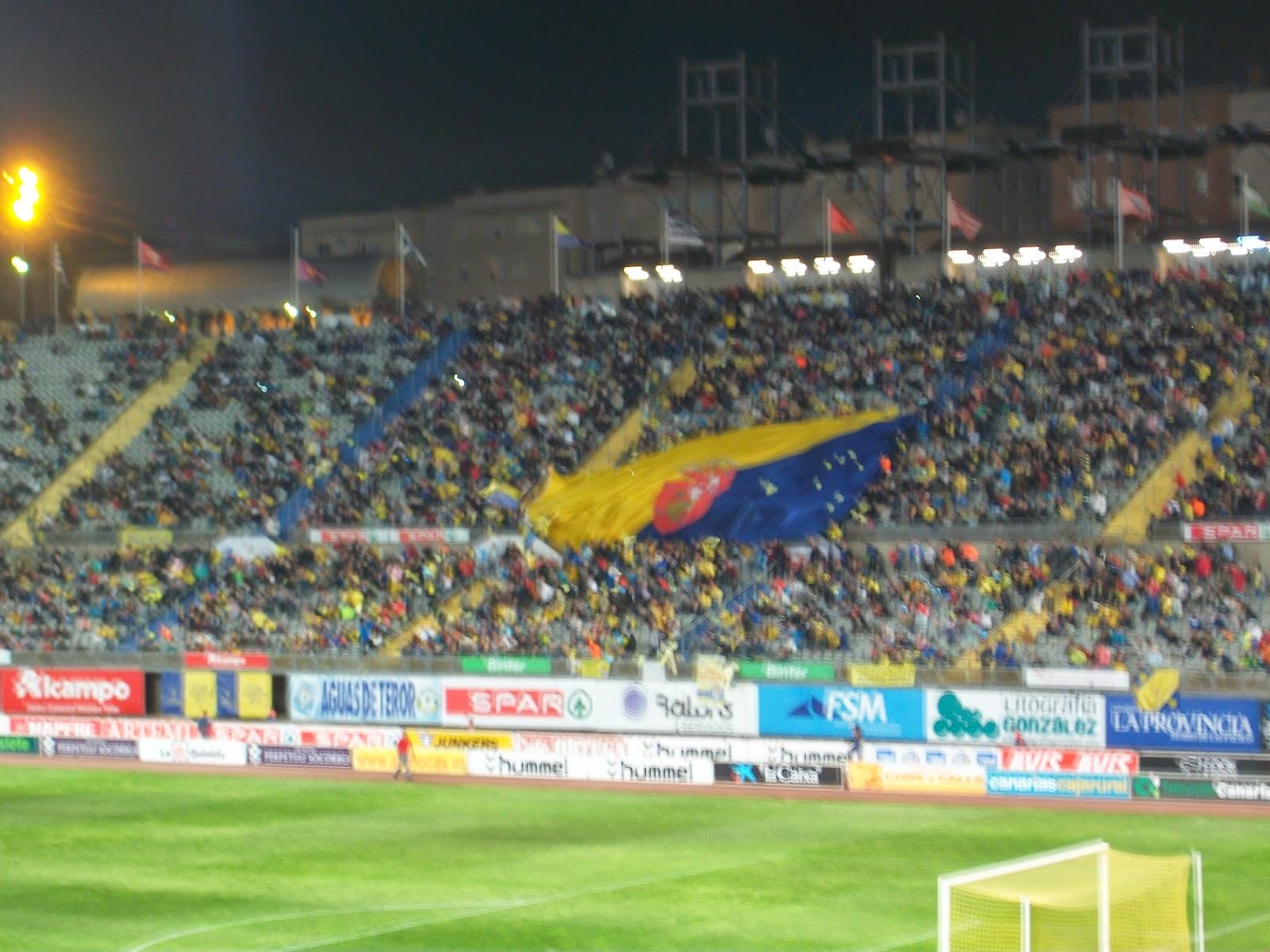 Afición de UD Las Palmas con bandera de la isla de Gran Canaria