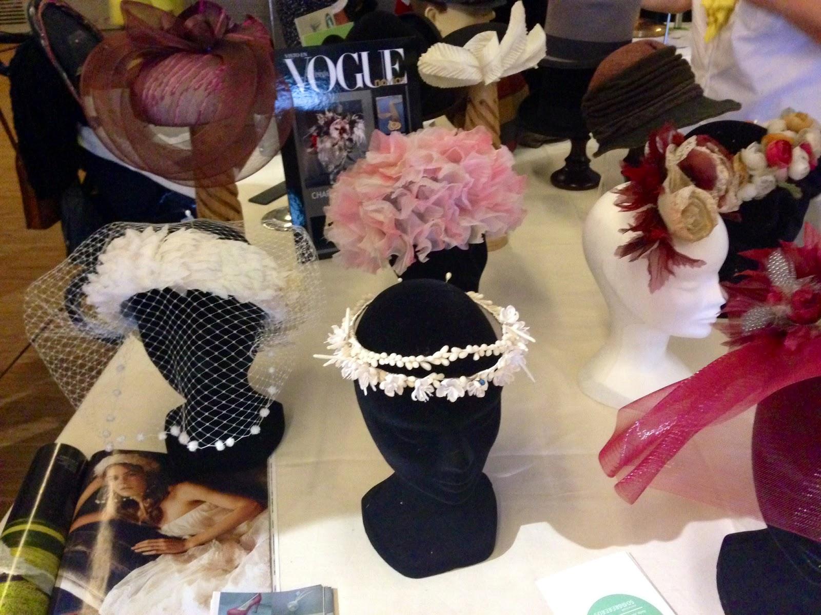 Algunos de los tocados y sombreros de la tienda Charo Agruña